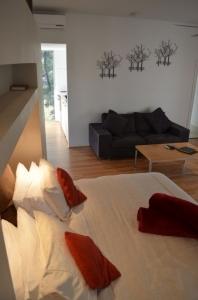 143834190813Wilderness-Cabin-bedroom-030-678x1024.jpg