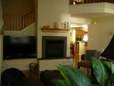 pphoto_165736260912_Living_room_looking_towards_kitchen_&_dining_area.jpg